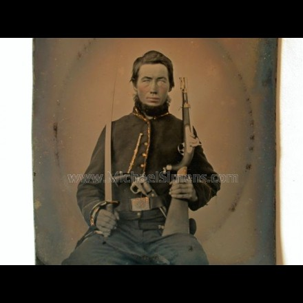 CIVIL WAR PHOTOGRAPH OF AN ARMED CIVIL WAR UNION CAVALRY TROOPER. 1/6th PLATE, FRAMED AND GOLD-GILT MATTED IN LEATHERETTE CASE.